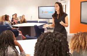 Een trainer-coach instrueert haar studenten