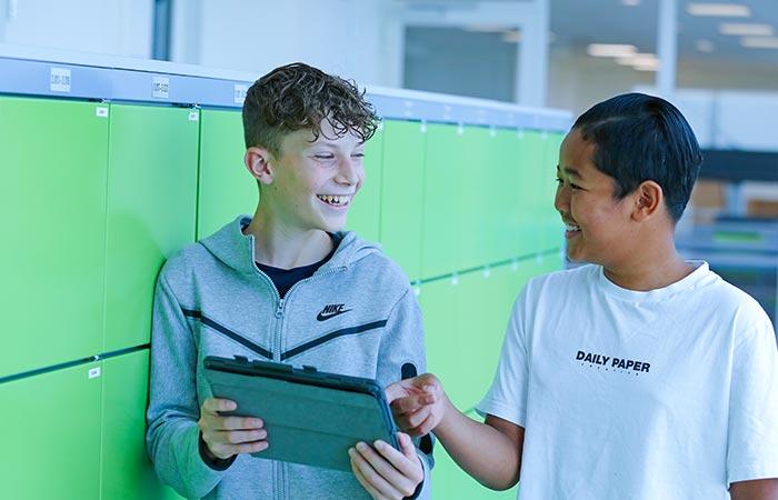 Twee VO/MBO leerlingen kijken naar hun iPad